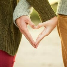 Freundinnen formen Herz mit ihren Händen