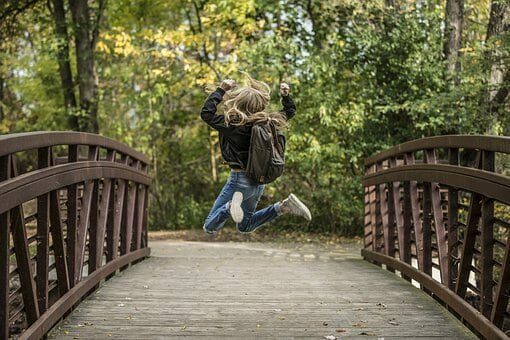 Kind springt freudig in die Luft