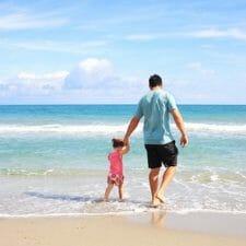 Vater mit Sohn am Strand