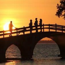 Brücke im Sonnenuntergang