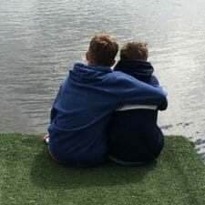 Brüder Arm in Arm