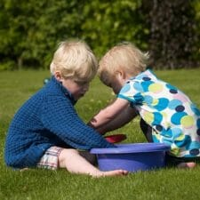 Kleinkinder auf der Wiese