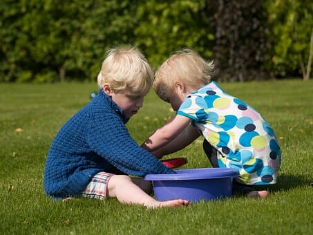 Geschwister im Garten