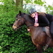 Dinah auf dem Pferd