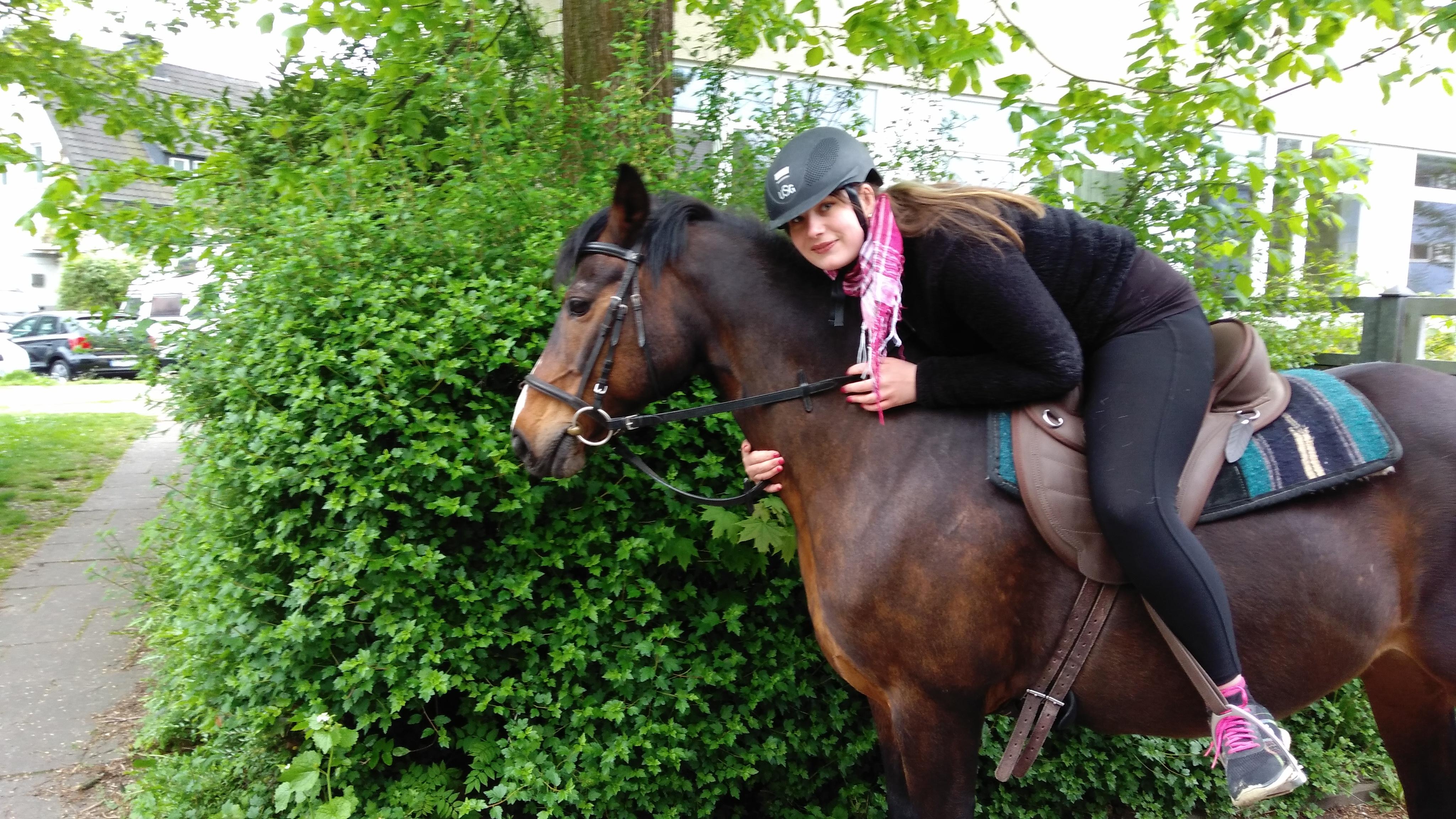 Dinah auf einem Pferd