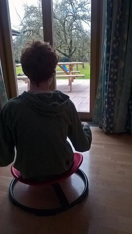 Niklas im Wohnzimmer auf seinem Kreiselstuhl