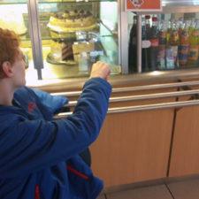 Niklas in Cafeteria