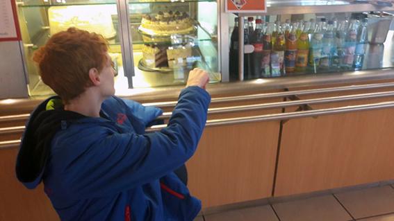 Niklas in der Cafeteria Ellas Blog Leben mit Autismus