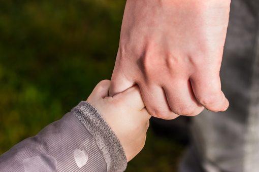 Kinderhand und Erwachsenenhand