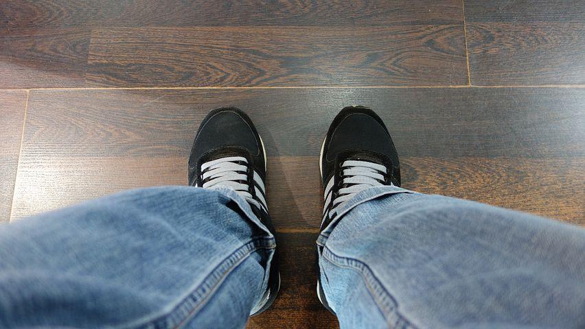 Blick von oben auf Füße