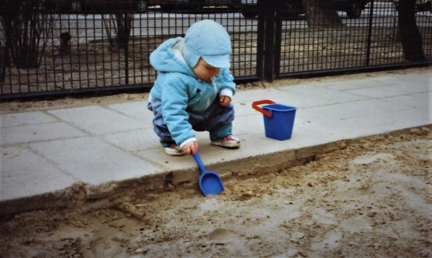 Foto von Benjamin neben dem Sandkasten