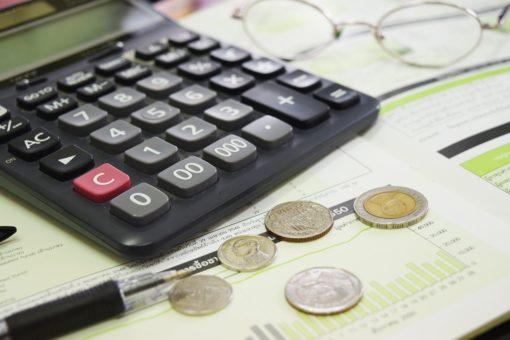 Taschenrechner mit Münzen und Formular