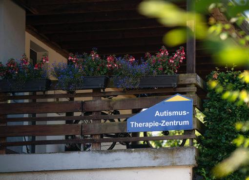 """Schild am Haus """"Autismus-Therapie-Zentrum"""""""