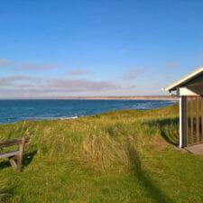vor dem Ferienhaus mit Blick aufs Meer