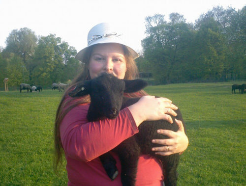 Elisa mit einen Lamm